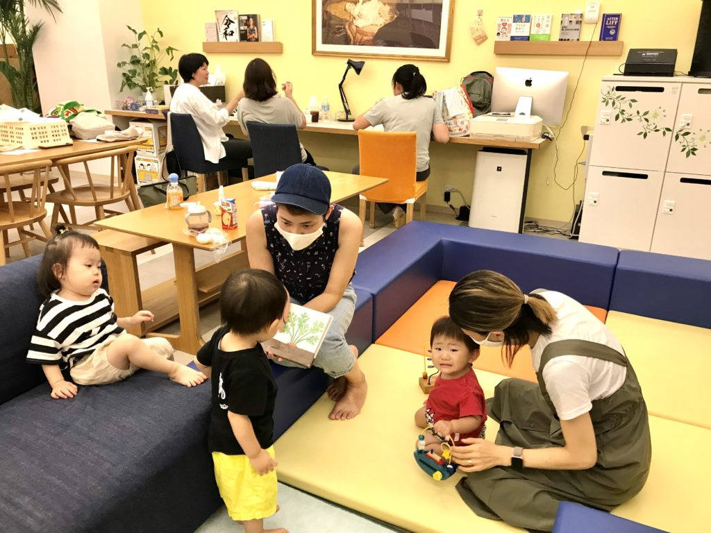 parents and kids at English preschool Tokyo